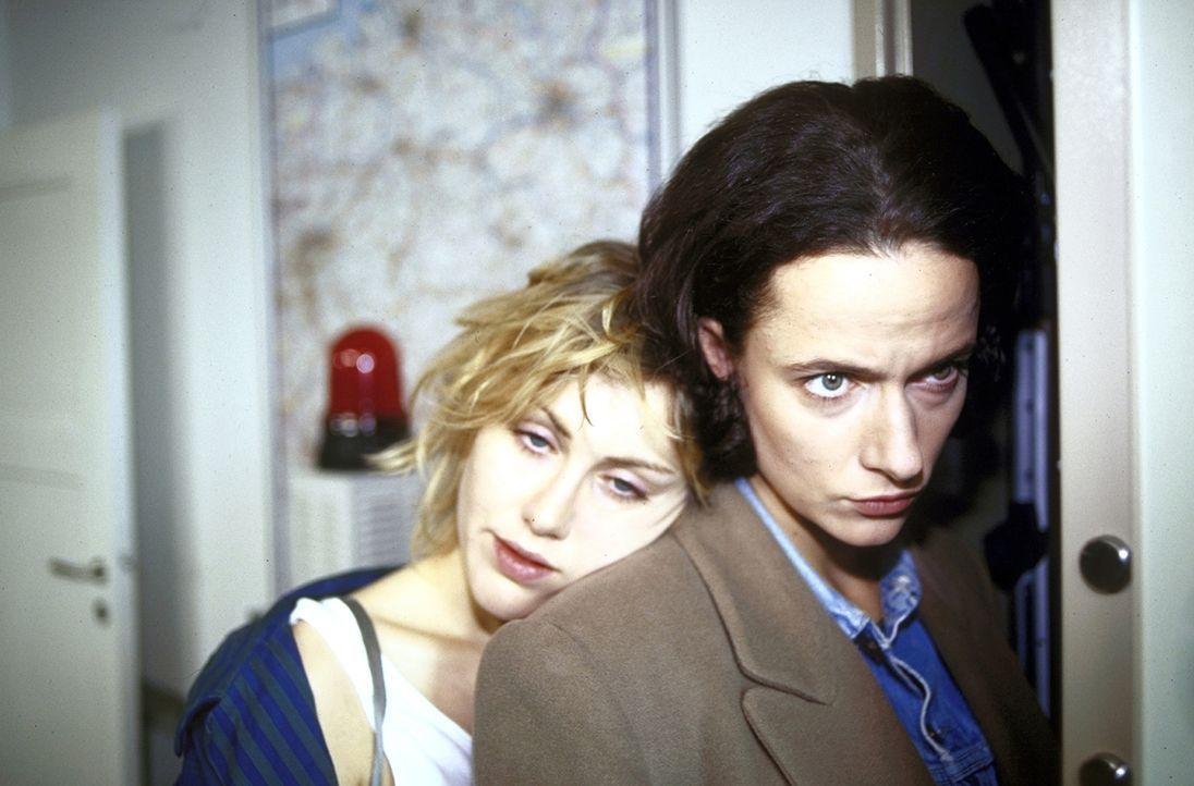 Als Anna (Claudia Michelsen, r.) von einem anonymen Anrufer bedroht wird, die Person weiß erschreckend gut über ihr Privatleben Bescheid, flüchtet s... - Bildquelle: Frank Lemm ProSieben