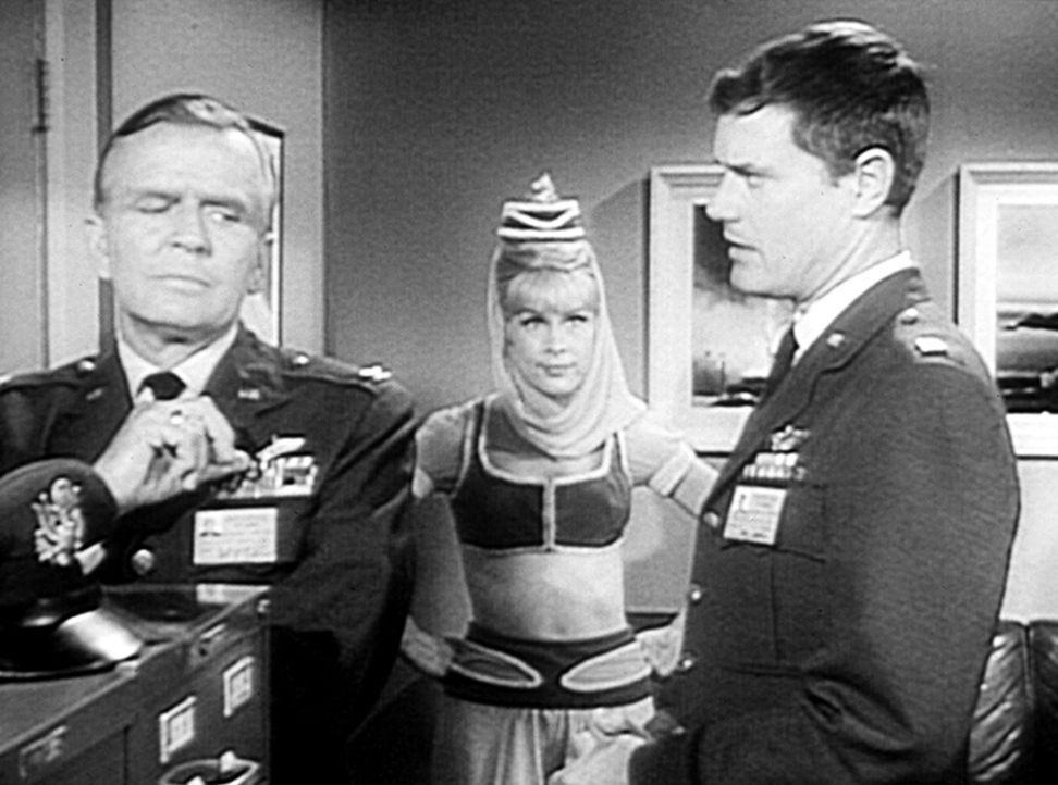 Dr. Bellows (Hayden Rorke, l.) spricht mit Tony (Larry Hagman, r.) über seine bevorstehende Reise nach Rom. Jeannie (Barbara Eden, M.) will ihn unbe... - Bildquelle: Columbia Pictures