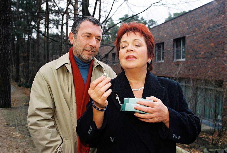 Klara (Walfriede Schmitt, r.) ist zunächst von Laszlos (Michele Oliveri, l.) Geschenk hingerissen. Doch als er ihr auch noch einen Heiratsantrag mac... - Bildquelle: Noreen Flynn Sat.1