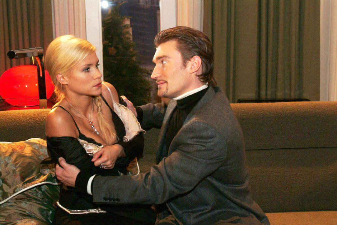 Richard (Karim Köster, r.) verlangt von Sabrina (Nina-Friederike Gnädig, l.), endlich schwanger zu werden. - Bildquelle: Monika Schürle Sat.1