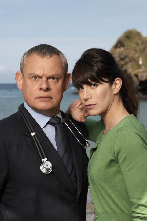 Gerade als sich Doc Martin (Martin Clunes, l.) und Edith etwas näherkommen, taucht Louisa (Caroline Catz, r.) wieder auf - hochschwanger ... - Bildquelle: BUFFALO PICTURES/ITV