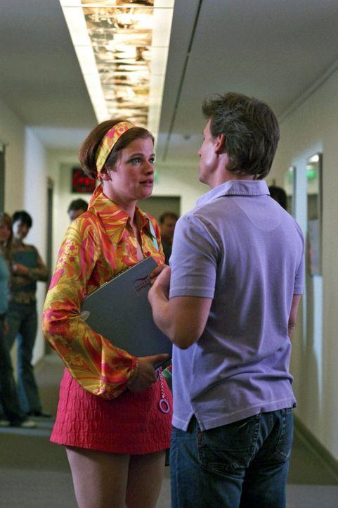 Jenny (Mira Bartuschek, l.) arbeitet beim Radio, träumt von ihrem Chef Tony (René Steinke, r.) und einer Karriere als Journalistin. - Bildquelle: Aki Pfeiffer Sat.1