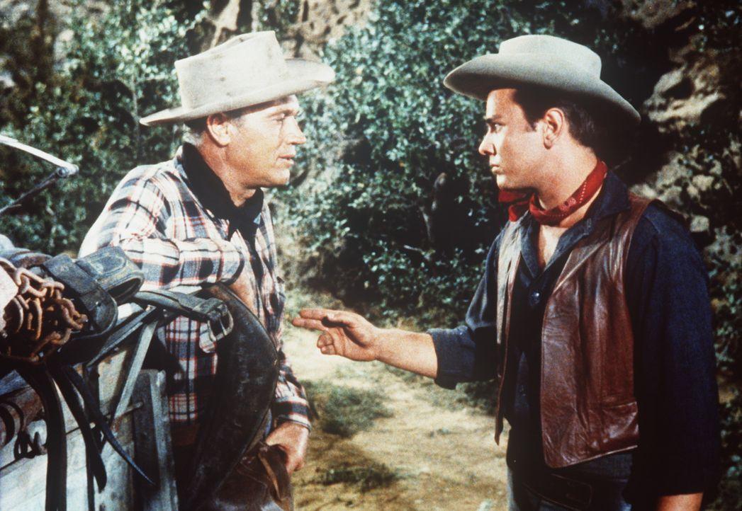 Brazos (Robert J. Wilke, l.) und Sam (Dick Davalos, r.) sind alte Bekannte. - Bildquelle: Paramount Pictures