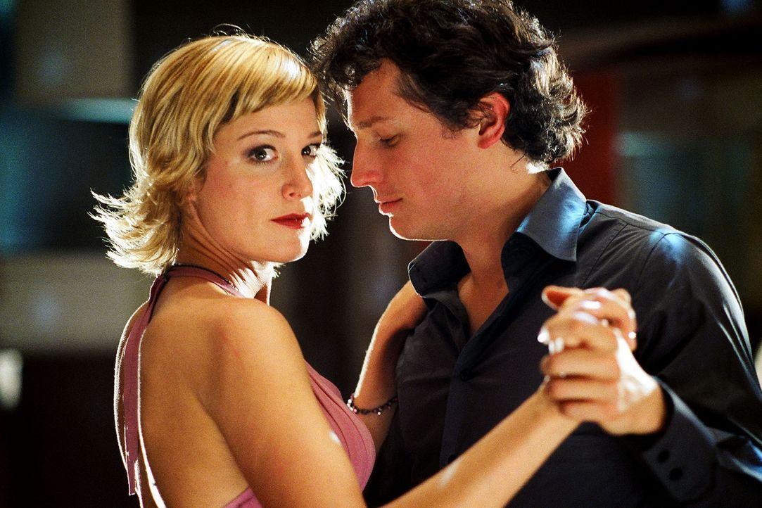 Susanne (Julia Stinshoff, l.) amüsiert sich mit ihrem Kollegen Sebastian (Max Urlacher, r.) in einem Tanzkurs, als plötzlich Thomas auftaucht ... - Bildquelle: Thekla Ehling Sat.1
