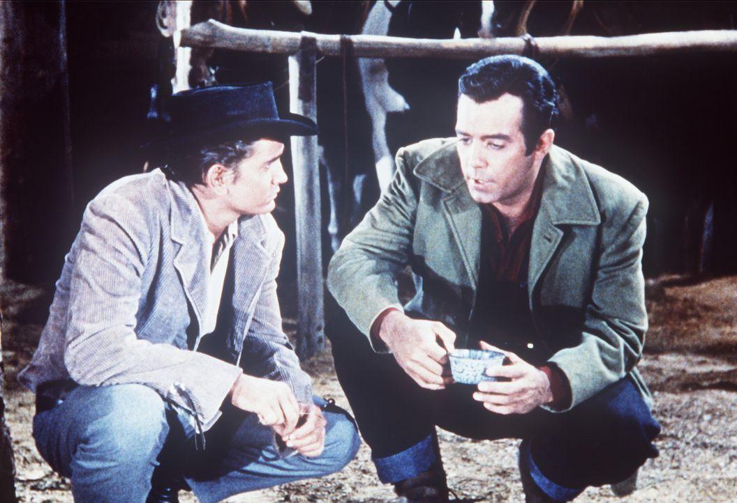 Little Joe (Michael Landon, l.) und Adam Cartwright (Pernell Roberts, r.) haben sich einem Suchtrupp angeschlossen, um einen skrupellosen Mörder zu... - Bildquelle: Paramount Pictures
