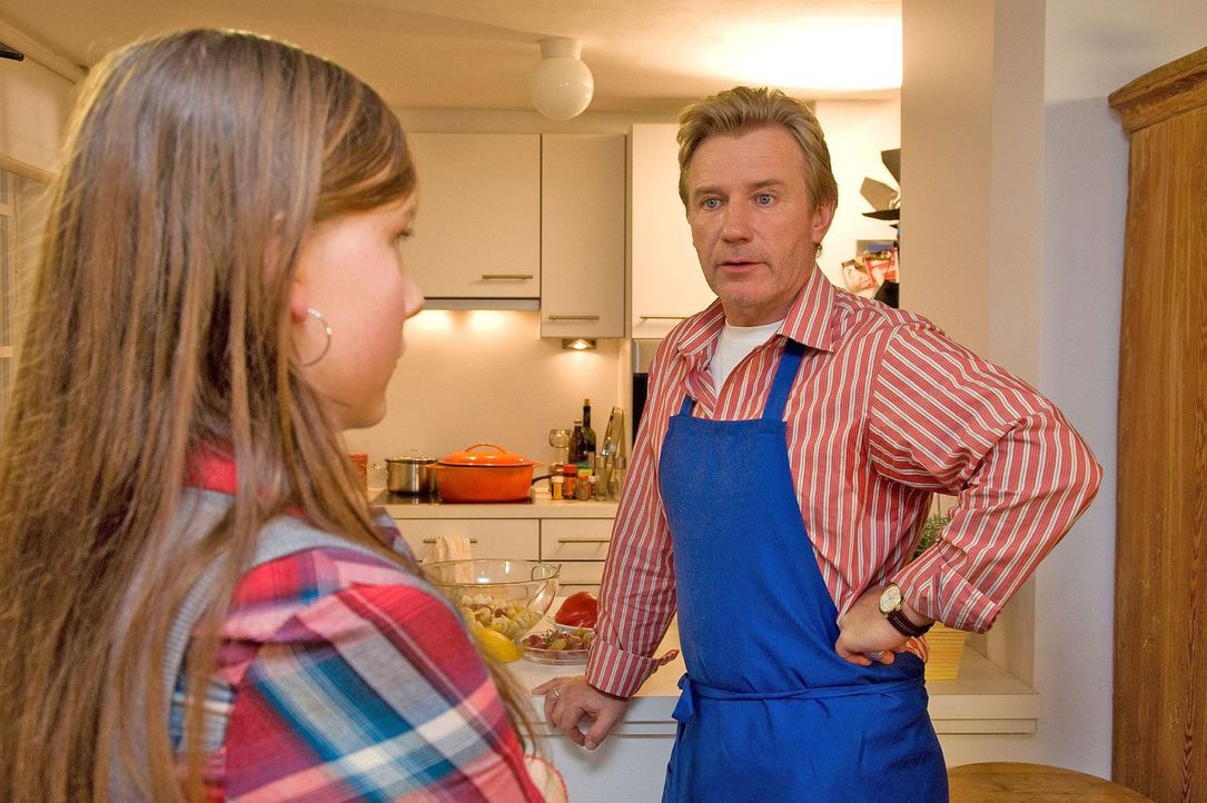 Lina (Isabel Bongard, l.) eröffnet ihrem überbesorgten Vater (Jörg Schüttauf, r.), dass sie ein Wochenende in Berlin verbringen will. - Bildquelle: Dominik Hatt Sat.1