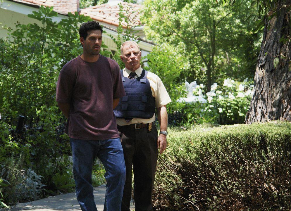 Det. Vic Wolynski (Gordon Clapp, r.) führt den Täter Joe Smith (Eddie Cibrian, l.) ab, der seine Opfer von öffentlichen Plätzen entführt, 48 Stunden... - Bildquelle: Richard Cartwright 2007 ABC Studios. All rights reserved. NO ARCHIVE. NO RESALE. / Richard Cartwright