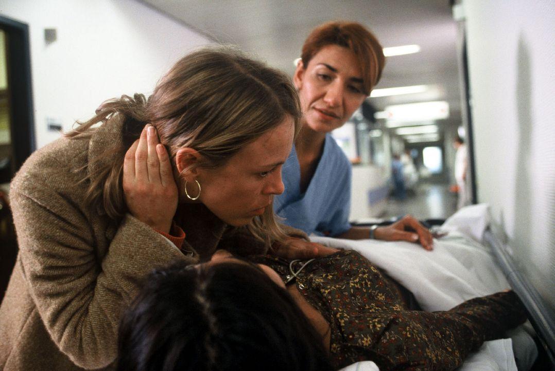 Ärztin Kathrin Andresen (Anneke Kim Sarnau, l.) hat eigentlich schon Feierabend, trotzdem kümmert sie sich auf dem Klinikflur um eine schwer verletz... - Bildquelle: Volker Roloff Sat.1