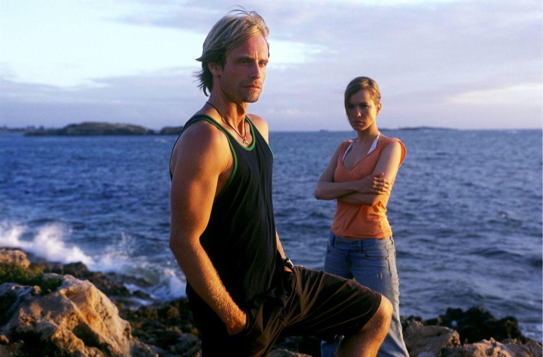Fürchten um die paradiesische Bucht: Kyle (Julian Weigend, l.) und Debbie (Mareike Fell, r.) - Bildquelle: Megan Lewis Sat.1