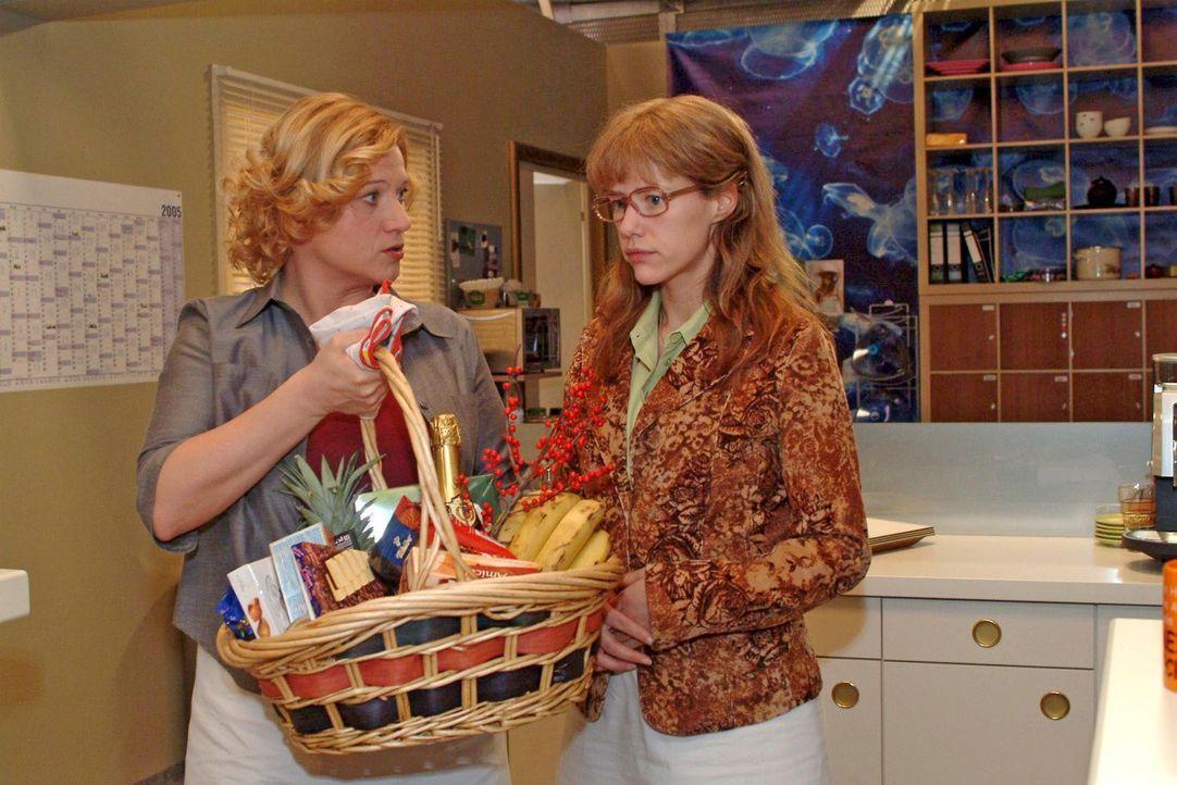 Als Lisa (Alexandra Neldel, r.) sich ihren Kollegen als Lebensretterin von David zu erkennen gibt, drückt Agnes (Susanne Szell, l.) ihr einen Korb i... - Bildquelle: Noreen Flynn Sat.1