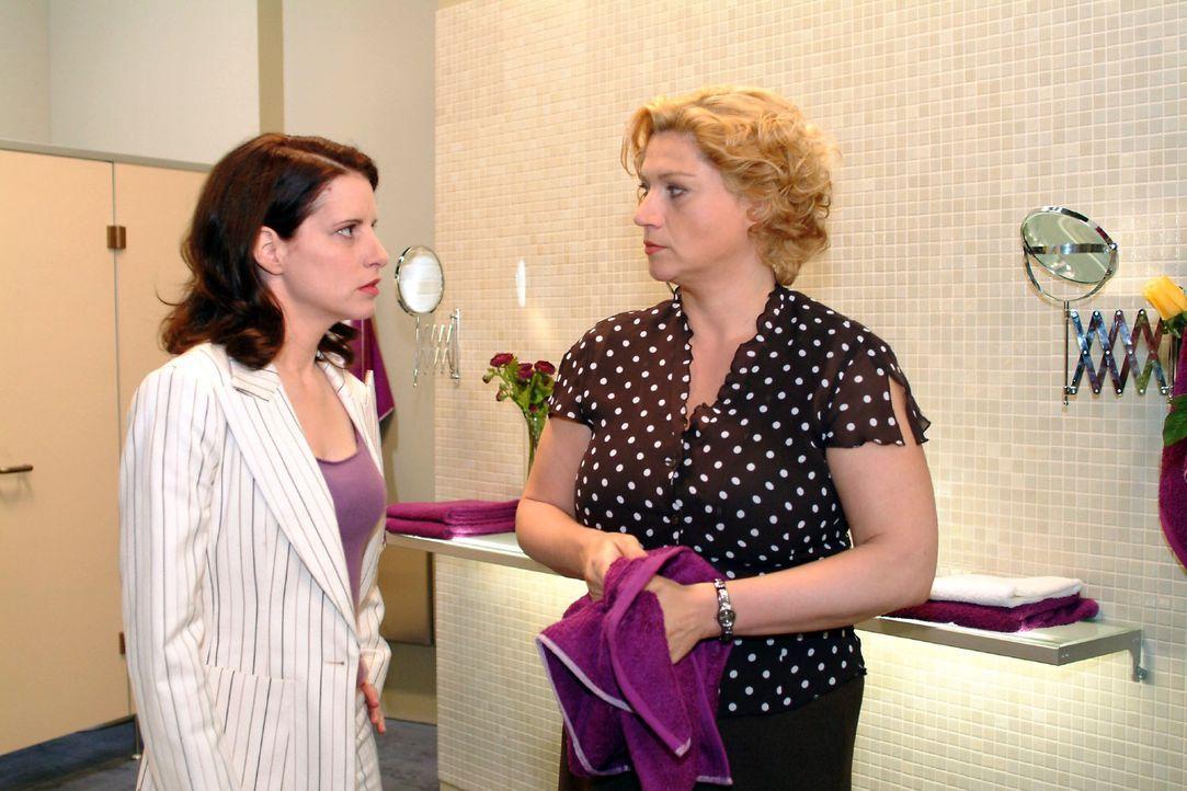 Agnes (Susanne Szell, r.) stellt Inka (Stefanie Höner, l.) zur Rede und wirft ihr vor, dass sie sich ohne Probleme hinter Richard stellt. Doch Inka... - Bildquelle: Monika Schürle Sat.1