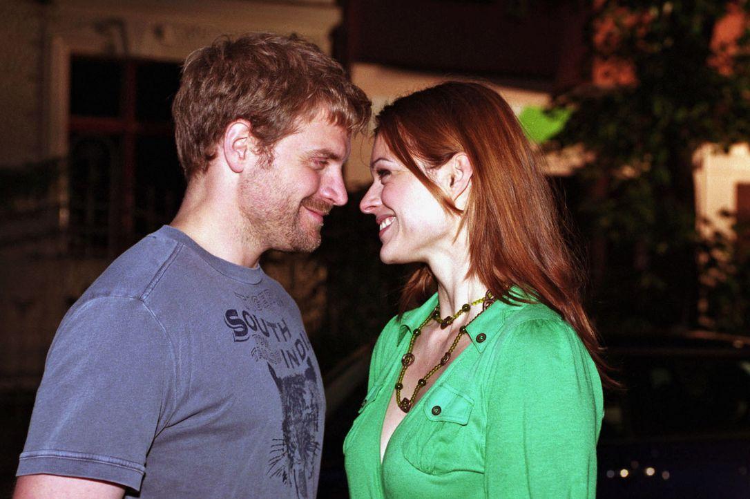 Ben (Janek Rieke, l.) gesteht Paula (Suzan Anbeh, r.) seine Liebe. Wird Paula diese erwidern? - Bildquelle: Jeanne Degraa Sat.1