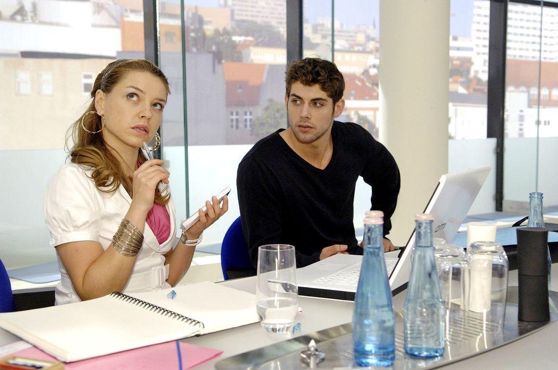 Ohne Annas Hilfe und auf sich selbst gestellt, fällt Katja im Meeting nichts ein ... v.l.n.r.: Katja (Karolina Lodyga), Jonas (Roy Peter Link) - Bildquelle: Claudius Pflug Sat.1