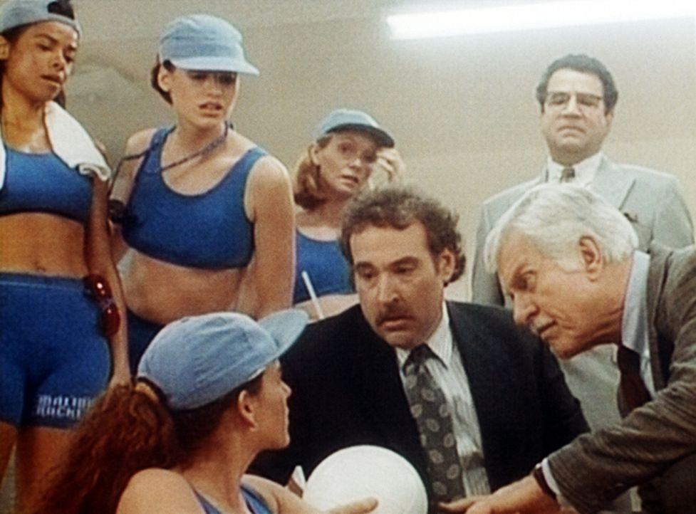 Mark (Dick Van Dyke, r.), Harrison (Joel Brooks, M.), der Manager, und die Spielerinnen Suzy (Nancy Everhard, 2.v.l.), Peggy (Alex Datcher, l.) und... - Bildquelle: Viacom