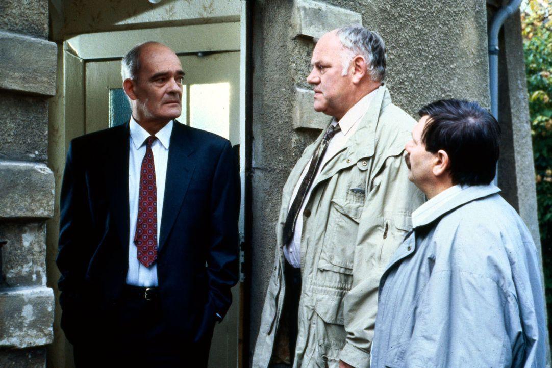 Kommissar Sawatzki (Klaus Pönitz, M.) sucht die Wohnung des Täters auf, der eine Leiche im See versenkt haben soll. Als er bei dem Haus eintrifft,... - Bildquelle: Alfred Raschke Sat.1