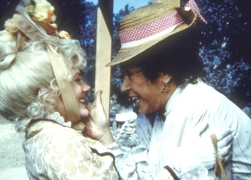 Harriet Oleson (Katherine MacGregor, r.) begrüßt überglücklich ihre Tochter Nellie (Alison Arngrim, l.), die aus New York zu Besuch kommt. - Bildquelle: Worldvision