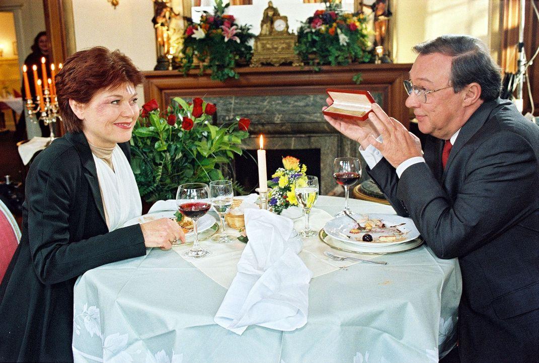 Professor Friedländer (Jaecki Schwarz, r.) führt seine Frau Vera (Monika Woytowicz, l.) zum Essen aus, nachdem sie bei einer Rettungsfahrt verletzt... - Bildquelle: Noreen Flynn Sat.1