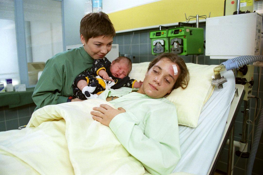 Marja Büser (Marie-Antonia Runschke, r.) hat ihr Neugeborenes an der Babyklappe abgegeben und ist danach zusammengebrochen. Stephanie (Claudia Schmu... - Bildquelle: Noreen Flynn Sat.1