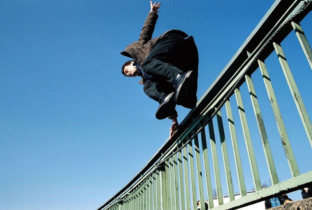 Steiner (Thomas Sarbacher) springt Linden hinterher. - Bildquelle: Thomas Kost Sat.1