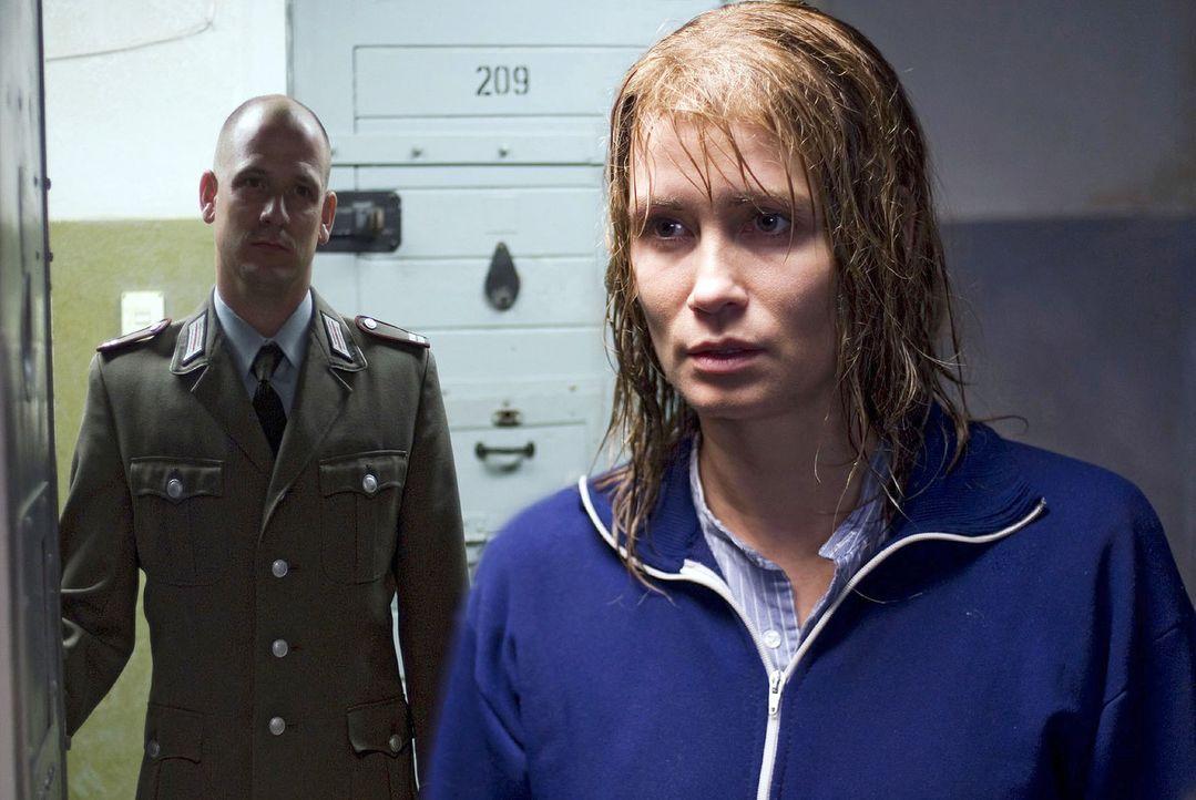 Katja (Anja Kling, r.) ist im Gefängnis unzähligen Schikanen ausgesetzt. So verwehrt ihr nach einem Hofgang im strömenden Regen der Wärter (Hans-Hen... - Bildquelle: Dirk Plamböck Sat.1