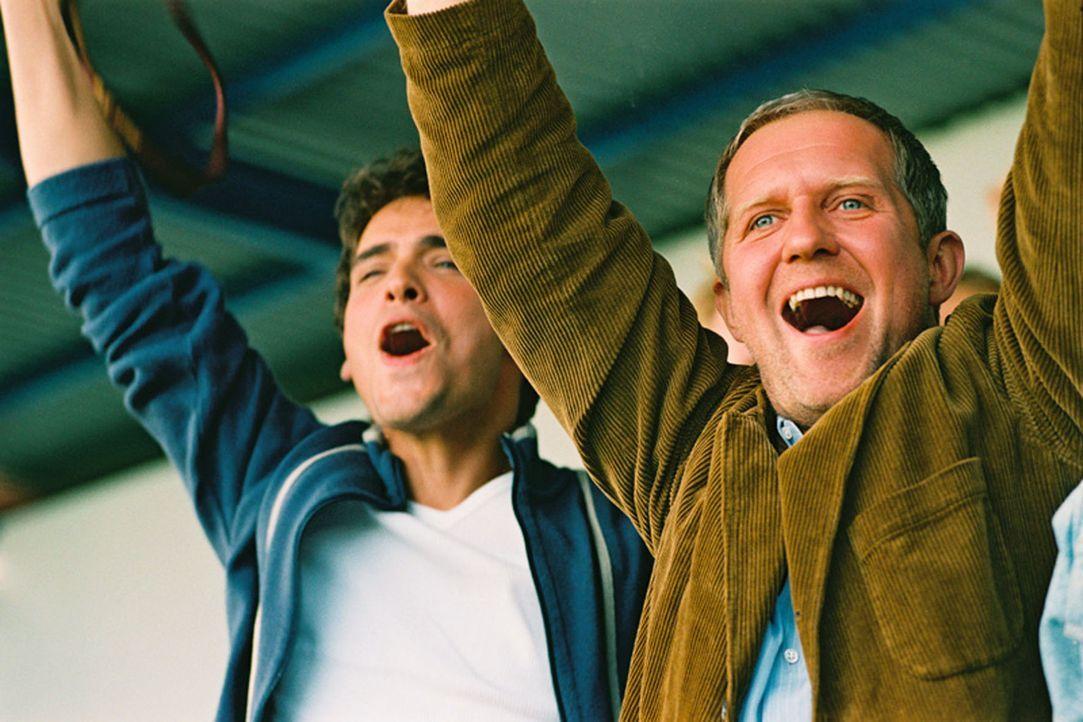 Ein schwules Paar: Steff (Thorsten Grasshoff, l.) und Wolfgang (Harald Krassnitzer, r.) kämpfen um ihren Adoptivsohn. - Bildquelle: Jiri Hanzl Sat.1