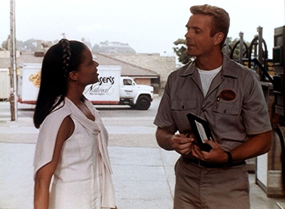 Amanda (Victoria Rowell, l.) flirtet unbefangen mit dem Tankwart Michael Dern (John Schneider, r.). Ein Fehler? - Bildquelle: Viacom