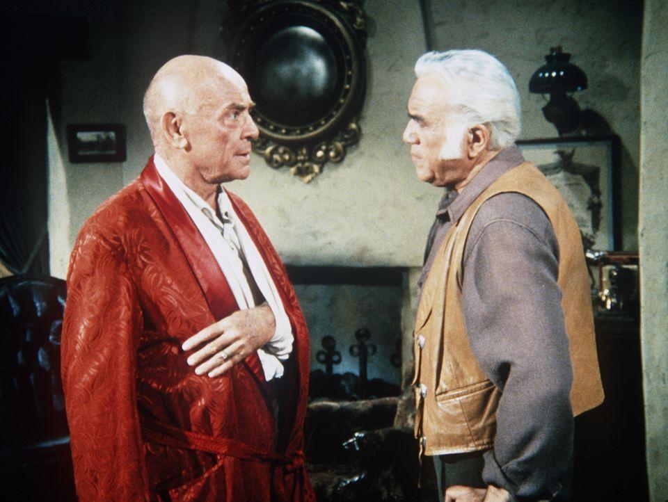 Ben Cartwright (Lorne Greene, r.) kann nicht glauben, dass sein Freund General Cloninger (Dean Jagger, l.) ein Indianerhasser und Mörder ist. - Bildquelle: Paramount Pictures