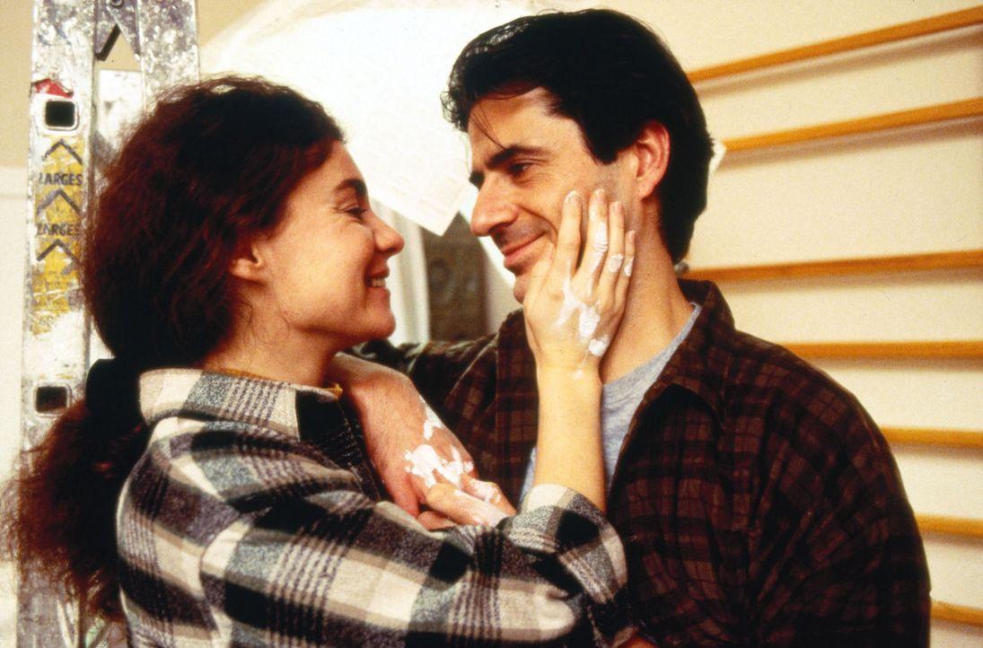 Während Stefanie (Kathrin Waligura, l.) und ihr Mann Peter (Martin Umbach, r.) gemeinsam das Zimmer ihres Sohnes renovieren, kommen sie sich wieder... - Bildquelle: Noreen Flynn Sat.1