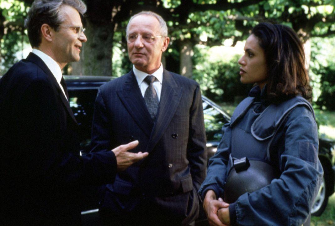 Thomas Bosch (Peter Sattmann, l.), Geheimagent im Auftrag der Regierung, bekommt von seinem Chef Alexander Rhomberg (Jürgen Hentsch, M.) die erfahre... - Bildquelle: Kerstin Stelter Sat.1