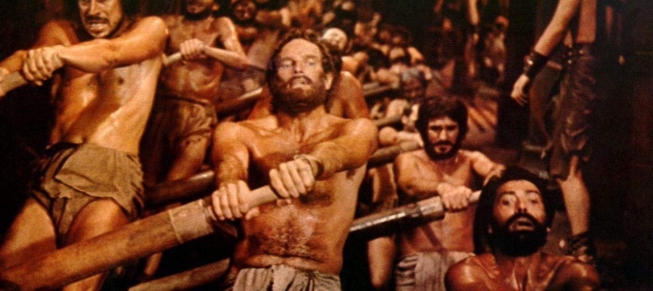 Als der römische Gouverneur durch ein Unglück verletzt wird, verurteilt Messala wider besseres Wissen Ben Hur (Charlton Heston, M.) als angeblichen... - Bildquelle: Metro-Goldwyn-Mayer (MGM)