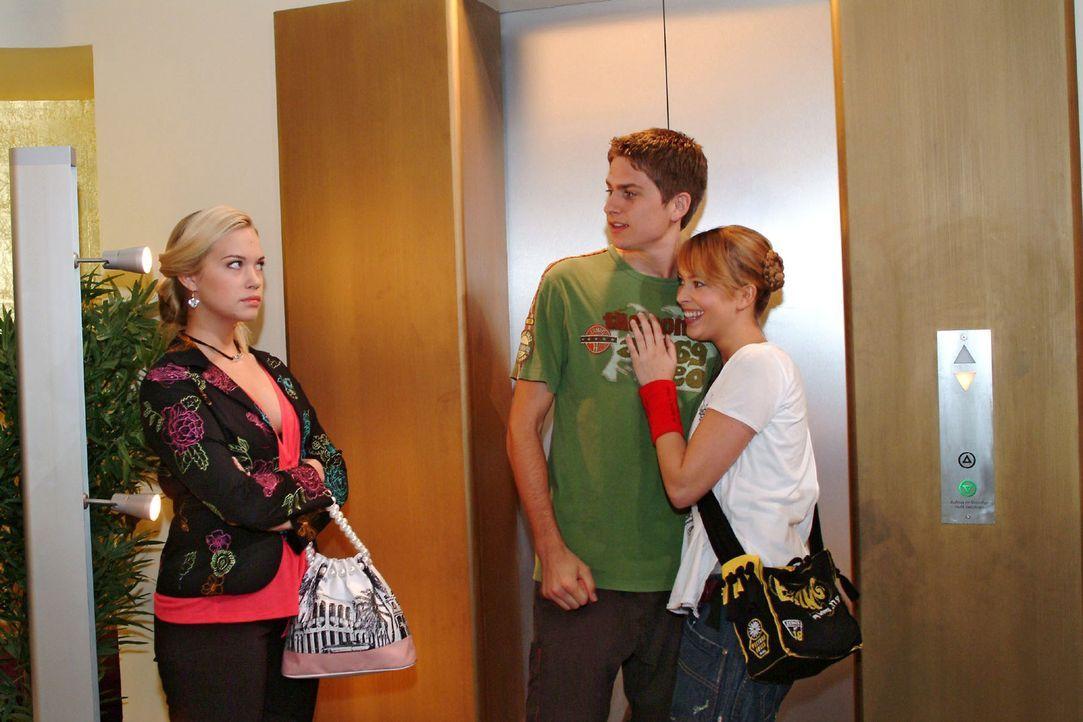 Timo (Matthias Dietrich, M.) und Hannah (Laura Osswald, r.) bemerken nicht, dass Kim (Lara-Isabelle Rentinck, l.) eifersüchtig auf sie reagiert. - Bildquelle: Monika Schürle Sat.1