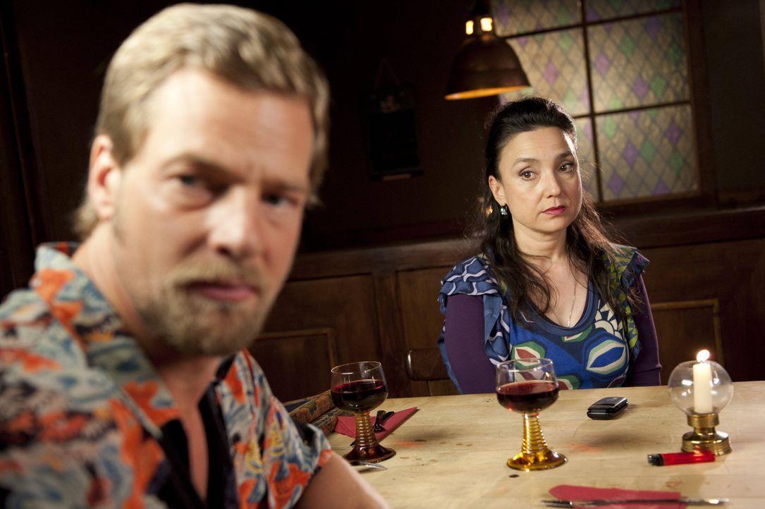 Als Tanja und Mick (Henning Baum, l.) nach dem Anschlag ihren ersten gemeinsamen Abend bei Uschi (Tatjana Clasing, r.) verbringen möchten, funkt wie... - Bildquelle: Martin Rottenkolber SAT.1 / Martin Rottenkolber