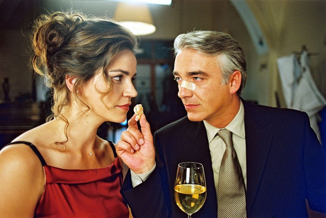 """Sandra (Rebecca Immanuel, l.) und Felix (Christoph M. Ohrt, r.) lassen es sich im Gourmet-Restaurant """"Diderot"""" schmecken ... - Bildquelle: Spitz Sat.1"""