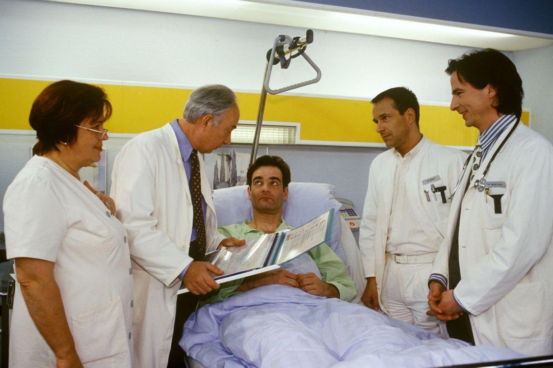 Michael Keimer (Heinrich Schafmeister, M.) hat bei einem Radunfall einen Knochenbruch am Unterleib erlitten. Bei der Untersuchung stellen Professor... - Bildquelle: Noreen Flynn Sat.1