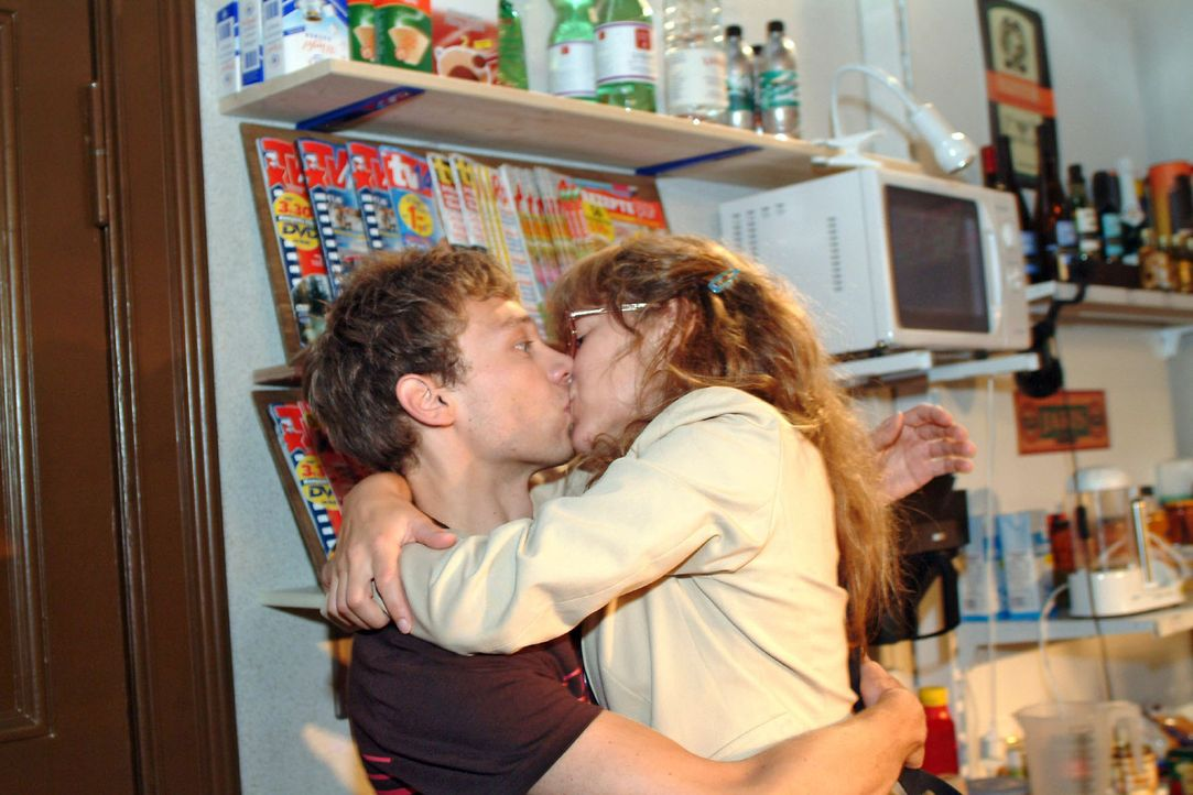 Jürgen (Oliver Bokern, l.) weiß nicht, wie ihm geschieht, als Lisa (Alexandra Neldel, r.) ihn mit einem Kuss überrumpelt. (Dieses Foto von Alexandra... - Bildquelle: Monika Schürle Sat.1