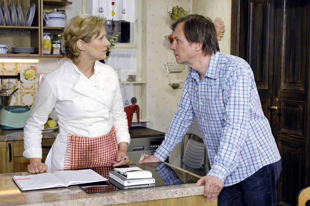 Susanne (Heike Jonca, l.) macht Armin (Rainer Will, r.) Vorwürfe, dass er hinter ihrem Rücken Räume angemietet hat. - Bildquelle: Oliver Ziebe Sat.1