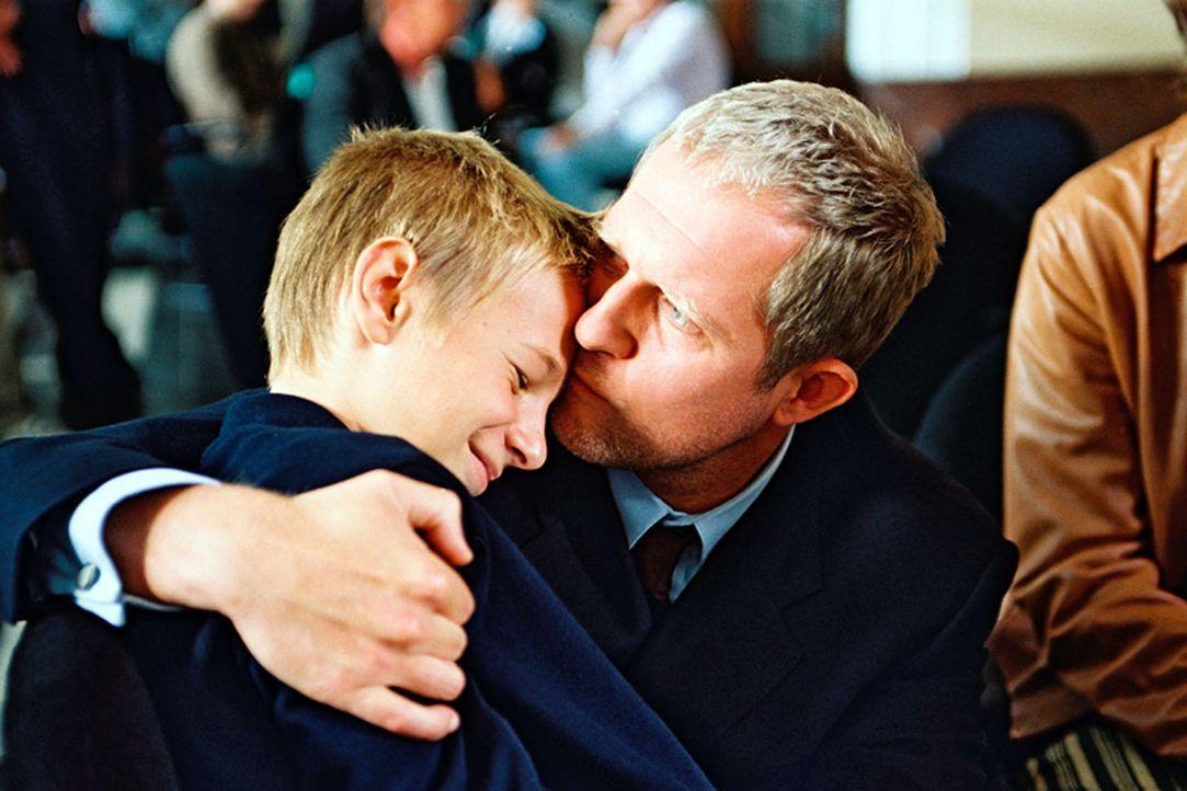 Wolfgang Neuberg (Harald Krassnitzer, r.) kann sich ein Leben ohne seinen Adoptivsohn Tom (Marian Lösch, l.) nicht mehr vorstellen ... - Bildquelle: Jiri Hanzl Sat.1