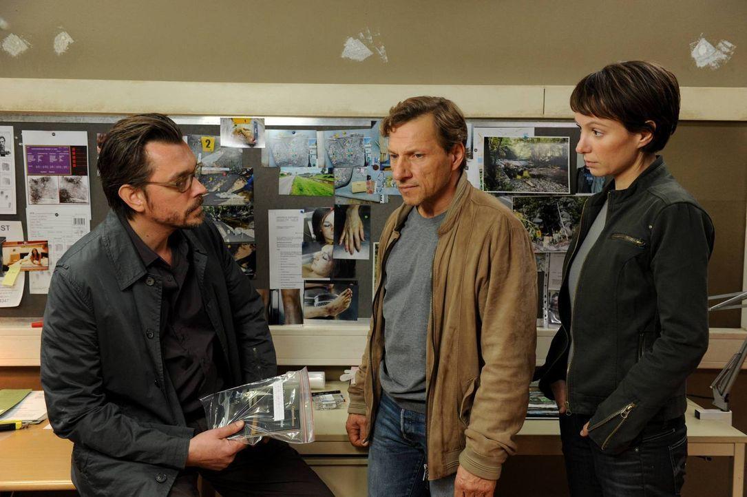 Kommissar Lenz (Hary Prinz, l.) und seine Assistentin Lisa (Julia Koschitz, r.) sind nicht gerade begeistert darüber, dass Alexandras Vater, Alfred... - Bildquelle: Oliver Roth SAT. 1