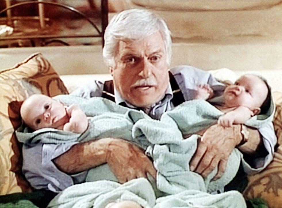 Unvermittelt sieht sich Dr. Mark Sloan (Dick Van Dyke) als Babysitter eingesetzt. - Bildquelle: Viacom