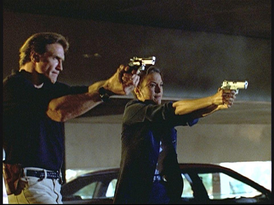 Steve (Barry Van Dyke, l.) und der FBI-Agentin Kathryn (Eva La Rue, r.) gelingt es, einen gefährlichen Erpresser zu verhaften. - Bildquelle: Viacom