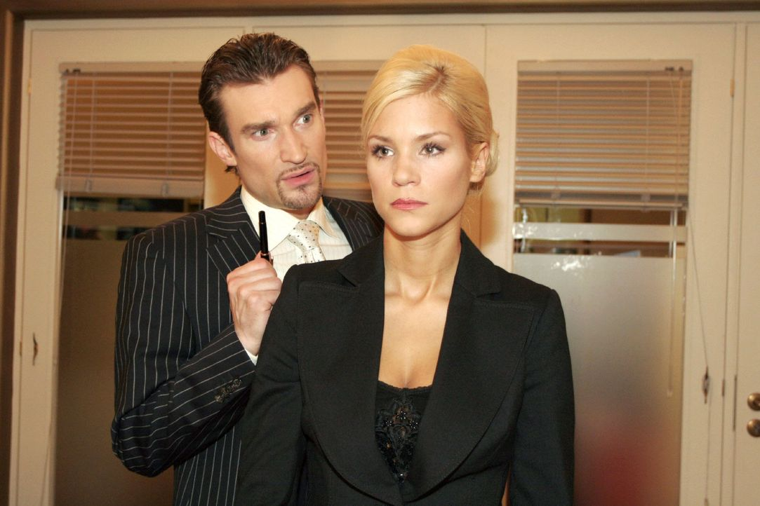 Sabrina (Nina-Friederike Gnädig, r.) wird stutzig, als Richard (Karim Köster, l.) sie erneut unter Druck setzt, schwanger zu werden. - Bildquelle: Noreen Flynn Sat.1