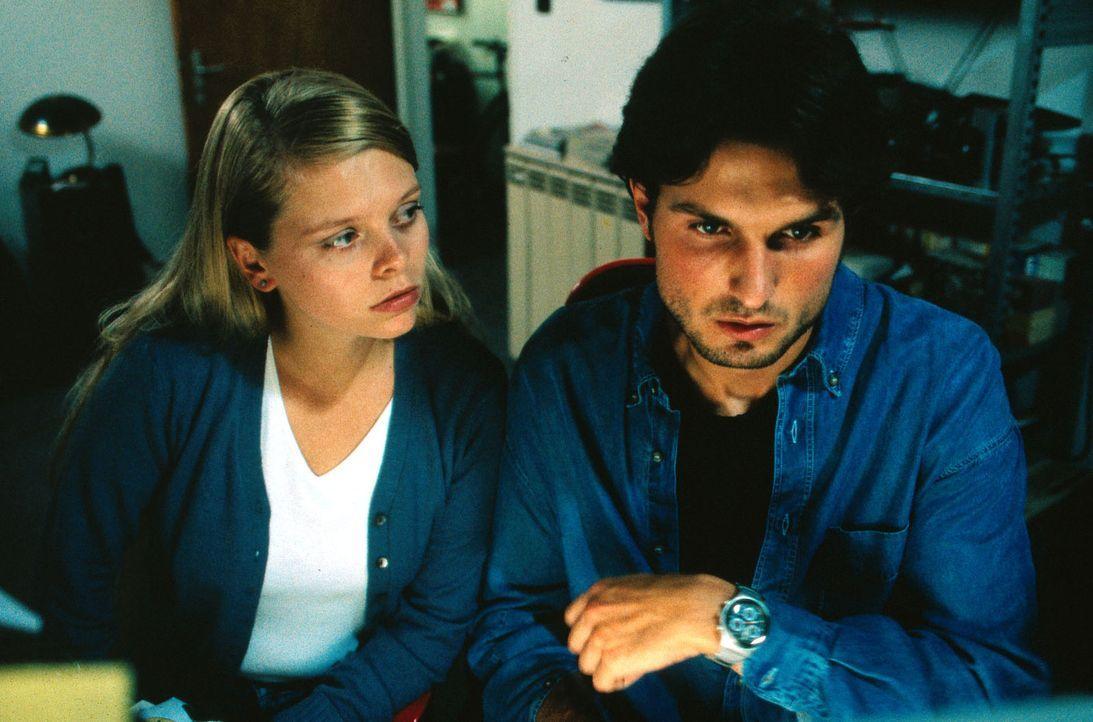 Gemeinsam mit ihrem Nachbarn Sven (Simon Verhoeven, r.) will Natalie (Anne Sophie Briest, l.) das Verschwinden von Miriam aufklären ... - Bildquelle: Enderlein Sat.1