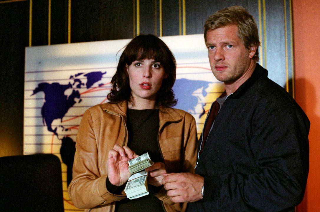 Nina (Elena Uhlig, l.) und Leo (Henning Baum, r.) staunen nicht schlecht, als sie Unmengen an Bargeld bei Carlo Weininger finden. - Bildquelle: Christian A. Rieger Sat.1