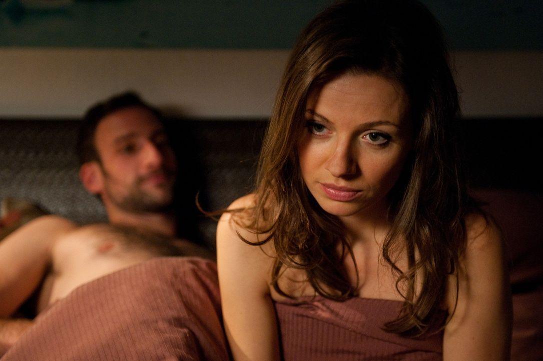 Frieda (Julia Hartmann) mag Männer - aber nur für eine Nacht und bitte ohne Kuscheln und Frühstück. Obwohl ihr die Männer nach den One-Night-Stands... - Bildquelle: Maria Krumwiede SAT.1