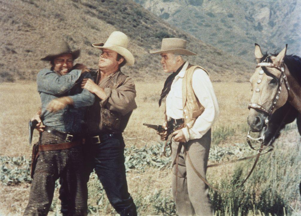 Hoss Cartwright (Dan Blocker, M.) und Ben Cartwright (Lorne Greene, r.) nehmen einen Fremden gefangen, der unerlaubt Vermessungsarbeiten auf der Pon... - Bildquelle: Paramount Pictures