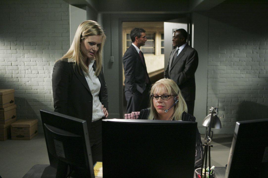 Penelope Garcia (Kirsten Vangsness, vorne r.) und J.J. (A.J. Cook, vorne l.) stehen vor einem Rätsel ... - Bildquelle: Cliff Lipson 2006 TOUCHSTONE TV.  All rights reserved.  NO ARCHIVING, NO RESALE.