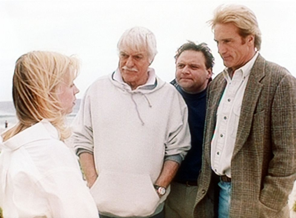 Darlene (Jennifer Campbell, l.), die nur knapp einem Mordanschlag entkommen ist, erzählt Mark (Dick Van Dyke, 2.v.l.), Vic Slovak (Stephen Furst, 2.... - Bildquelle: Viacom