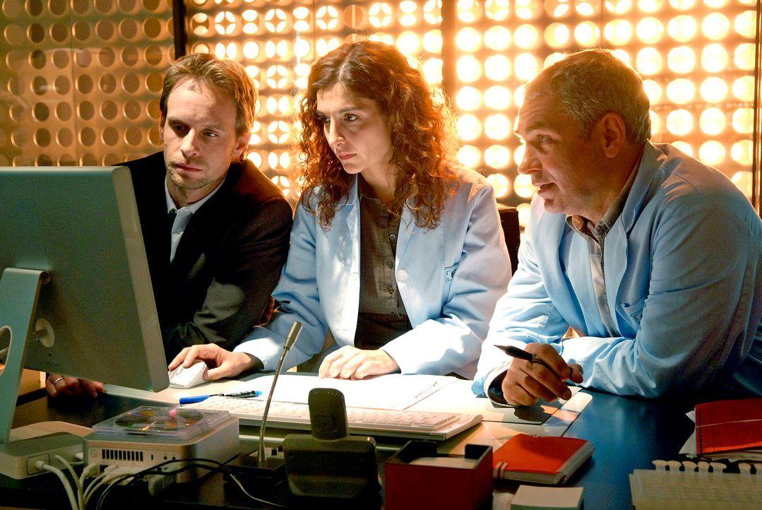 Stehen vor einem Rätsel: Judith (Proschat Madani, M.) und ihr Chef (Julian Weigend, l.) und Kollege Paul (Hansa Czypionka, r.) ... - Bildquelle: Christoph Assmann Sat.1