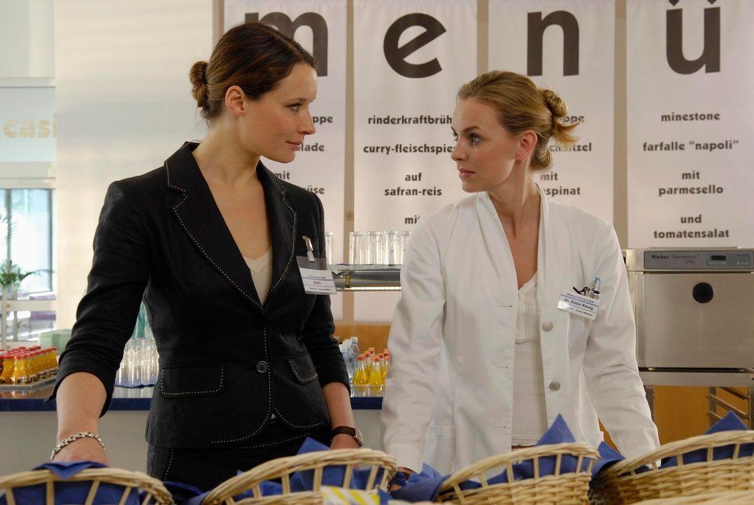 Dr. Hausmann setzt die fiese Controllerin Isabell Seifert (Kathrin Kühnel, l.) auf Edda (Simone Hanselmann, r.) an, um sich von der Effizienz ihrer... - Bildquelle: Marco Nagel ProSieben