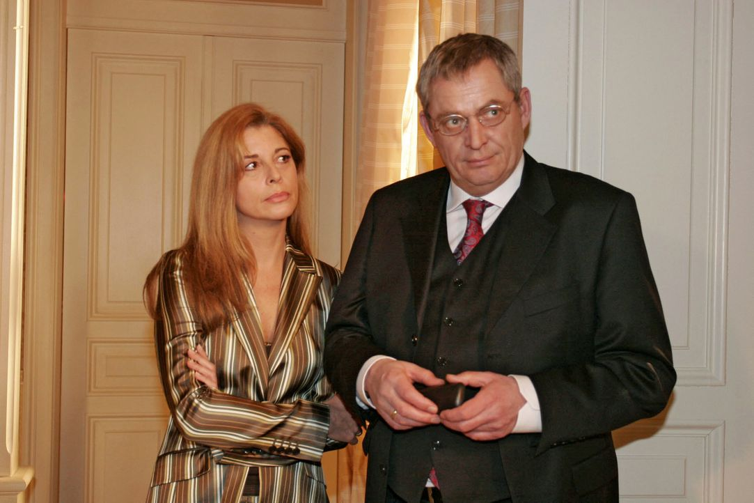 Laura (Olivia Pascal, l.) ist verstimmt, weil Friedrich (Wilhelm Manske, r.) sich wieder in die Belange der Firma einmischt. - Bildquelle: Noreen Flynn Sat.1